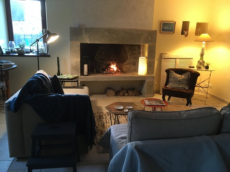Lounge area with its fireplace in every season