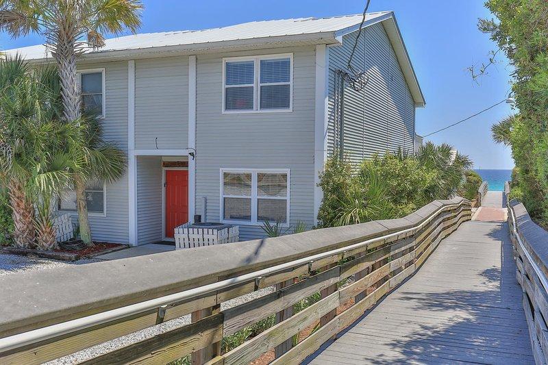 La comunidad Dolphin Watch Condo ofrece 5 casas. Dolphin 1 es uno de los tres de la ciudad que están en la