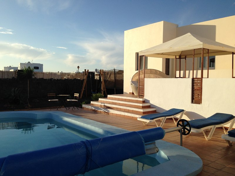 4 Bed Villa with Private Pool and South Facing Terrace 20 min walk to Beach/town, vacation rental in Playa Blanca