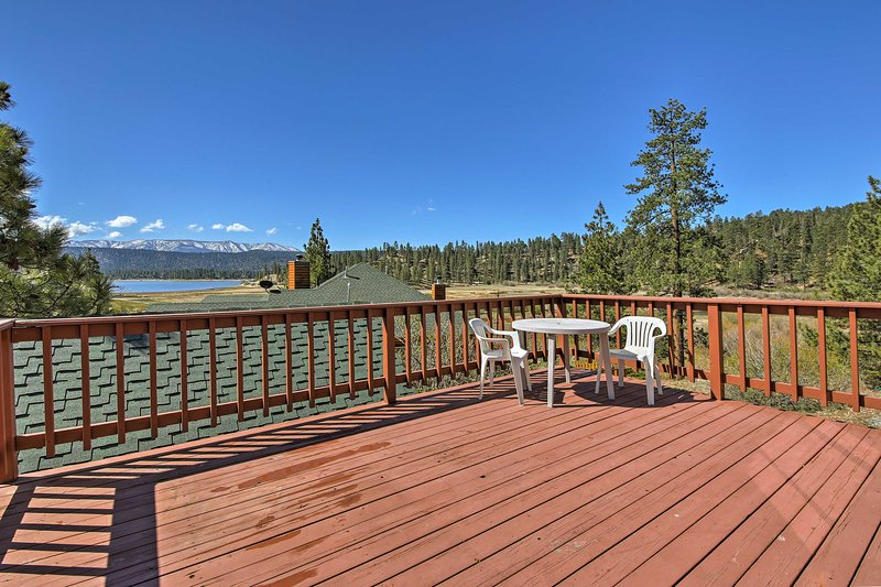 Cabin w/Deck & Views Steps from Big Bear Lake, location de vacances à Fawnskin
