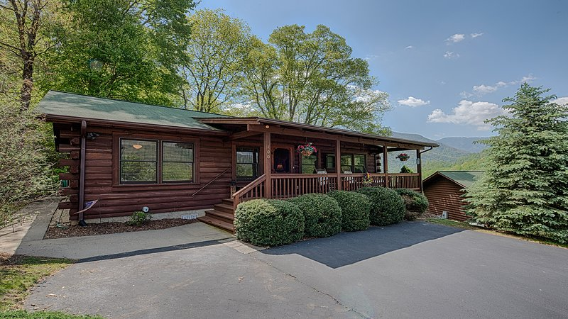 Come enjoy A Smoky Mountain Sunset.  Easy access 2 bedroom/2 bath