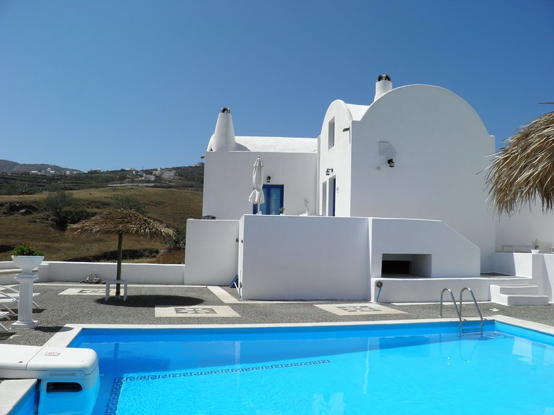 Santorini Traditional Suites LAVA Suite, holiday rental in Mesaria