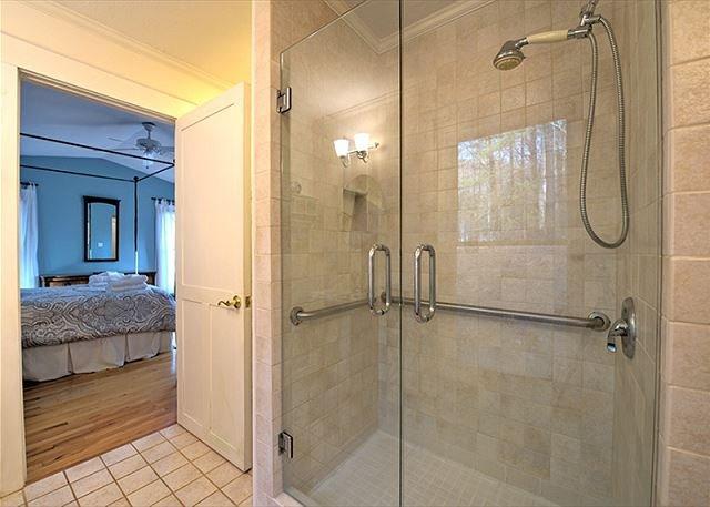 Bagno principale con cabina doccia.