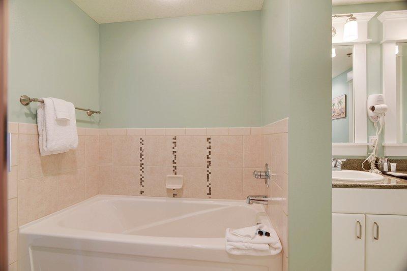 Grand Panama 1806-Bath tub in Master Bathroom