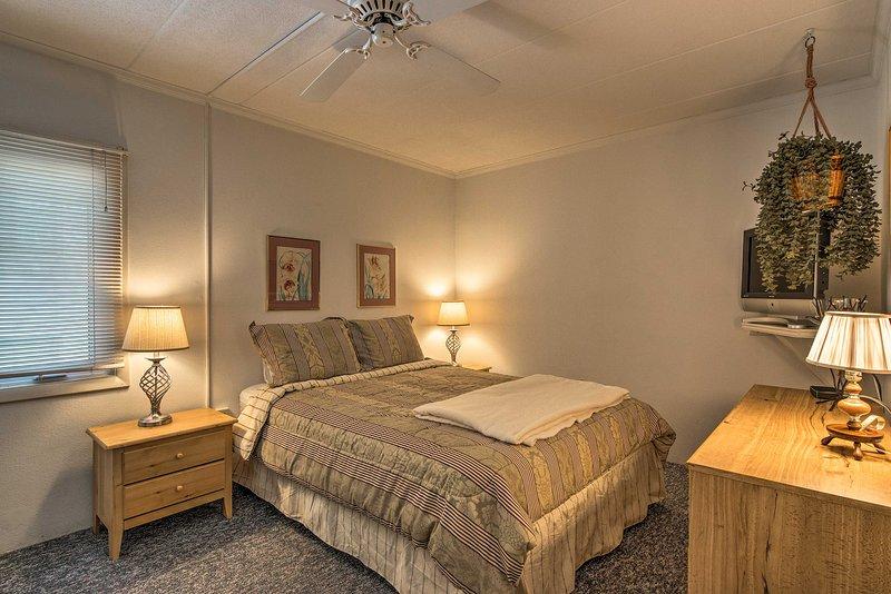 La camera da letto principale dispone di un letto matrimoniale.