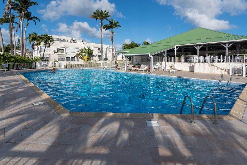 Superbe studio en duplex, vue sur mer et piscine, vakantiewoning in Pointe-à-Pitre