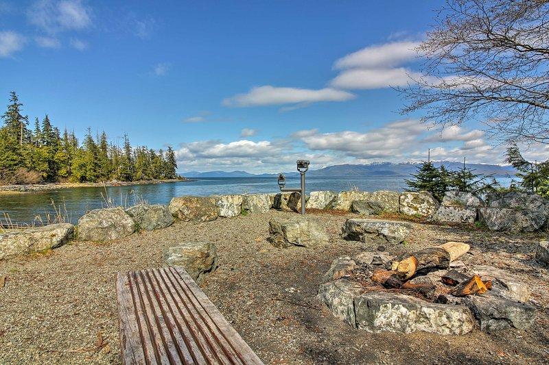 Godetevi la vista Clarence Stretto da questa cabina casa vacanze Coffman Cove.