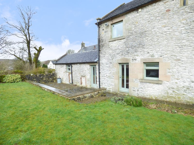 HALL END BARN, exposed beams and stone, barn conversion, countryside views, Ref, holiday rental in Chelmorton