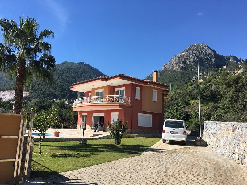 Superb villa with privacy guaranteed surrounded with stunning greenery., holiday rental in Alanya
