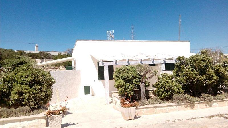 Calamoni Bilocale B4,con veranda coperta, a 20 metri dalla spiaggia, casa vacanza a Isola di Favignana