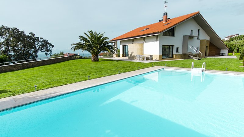 Impressive luxury villa with amazing views., vacation rental in Pasajes