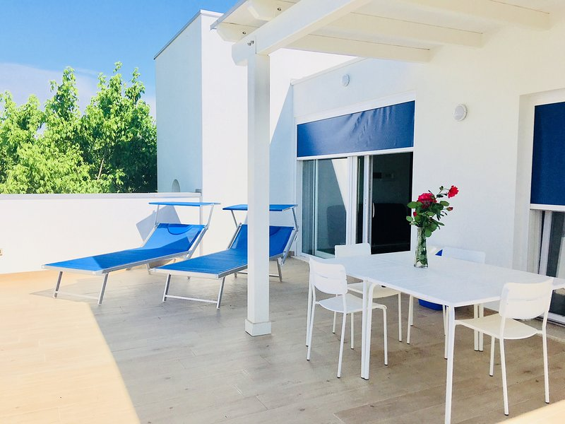 Brand new apartment with a huge private terrace, garden and beach, swimming pool, holiday rental in Caorle