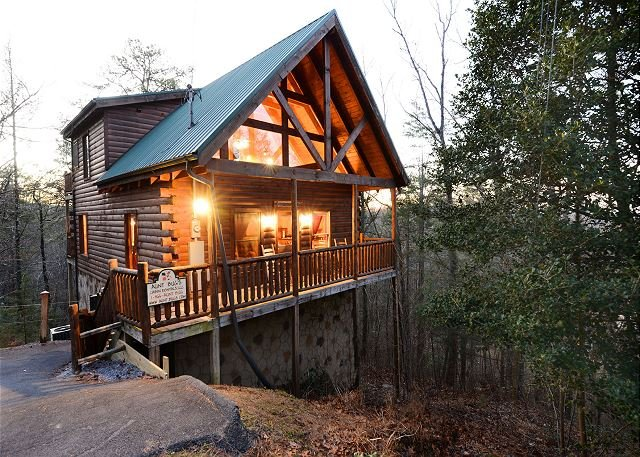 Beautiful log cabin less than 5 miles to Gatlinburg, Pigeon Forge, The Park, vacation rental in Sevierville