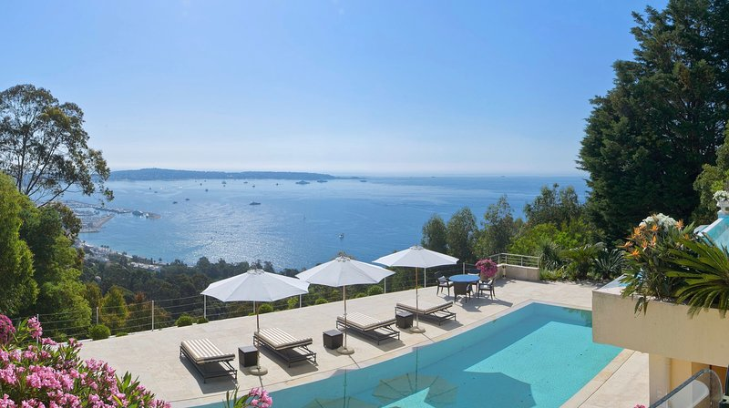 Luxurious 6 Bedroom Villa Located in Super Cannes on the French Riviera, vacation rental in Cannes