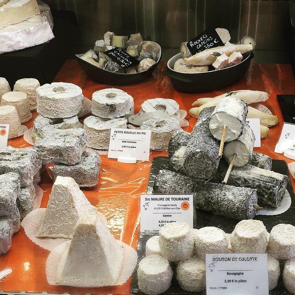 Hermosos quesos encontrados en todos los mercados maravillosos.
