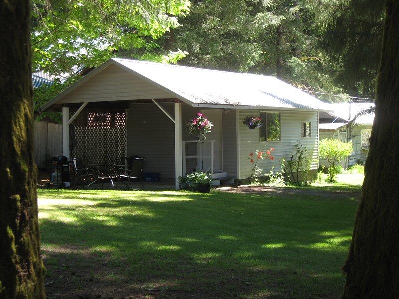 pátio privado, mesa de pátio, guarda-chuva, cadeiras, fogo-tigela de mega, garagem coberta, entrada da frente.