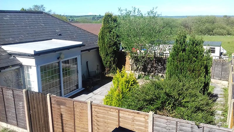 Garden flat, enclosed garden, 2 beds, kitchen, lounge, pet & family friendly, vacation rental in South Molton