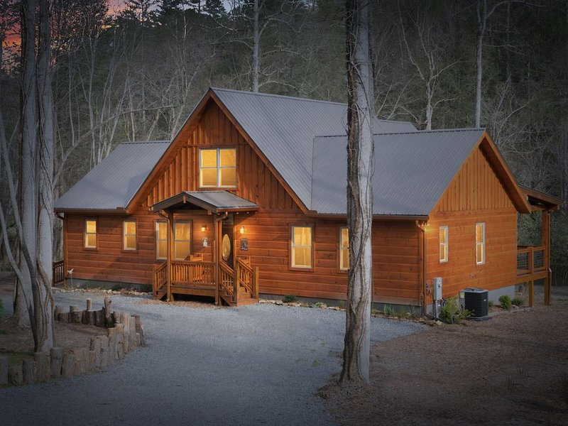 HOOKED ON THE TOCCOA RIVER - 50ft from the River-15 min to Blue Ridge! w/Hot Tub, location de vacances à Blue Ridge