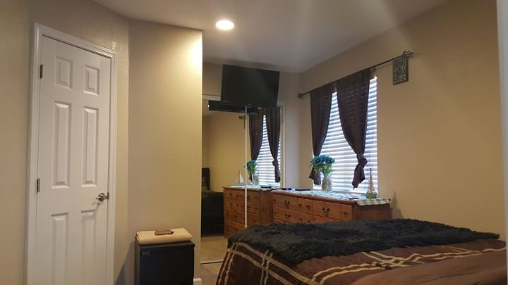 Spacious Beautiful private room. Queen bed, flat screen tv, 6 drawer dresser,  great size closet.