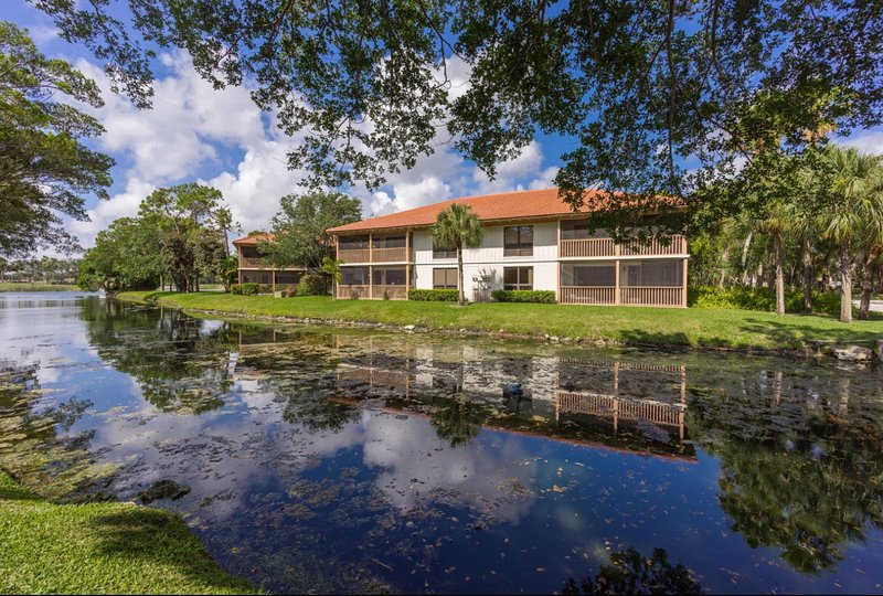 PGA National Resort Golf Villa  - Luxurious Two Bedroom First Floor Water View, holiday rental in Palm Beach Gardens