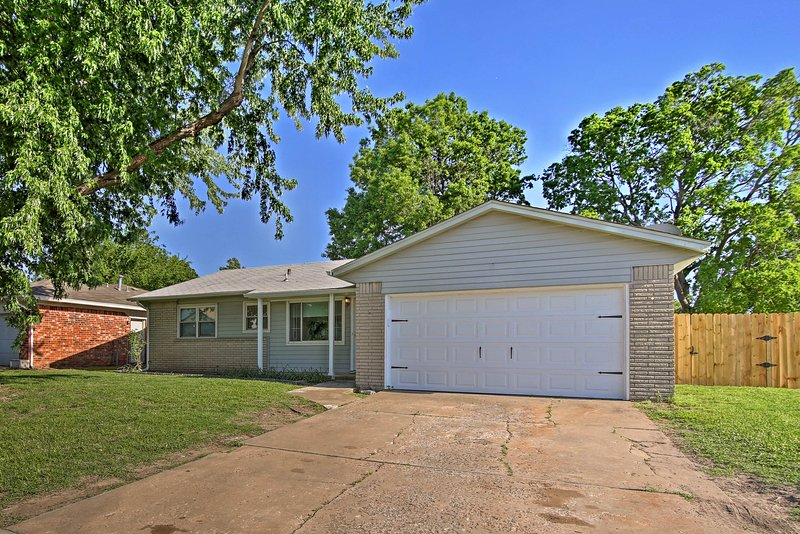 Spacious House w/ Yard - Mins from Downtown Tulsa!, holiday rental in Broken Arrow