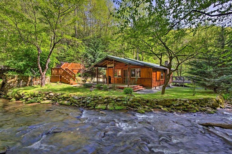 Bryson City Cabin w/ Fire Pit on Coopers Creek!, location de vacances à Parc national des Great Smoky Mountains