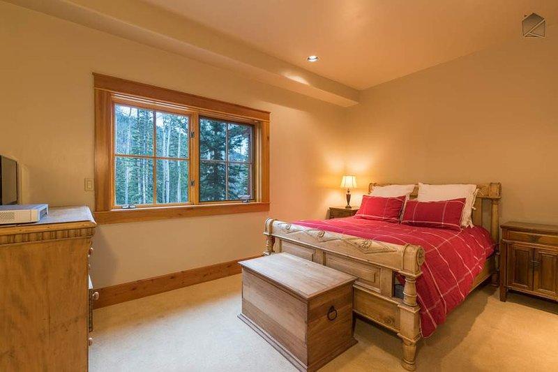 Dieses Schlafzimmer verfügt auch über einen TV.