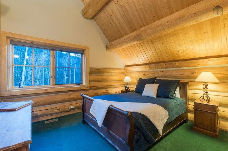 Gäste-Schlafzimmer 4 ist auch auf der vierten Ebene und verfügt über ein französisches Bett.