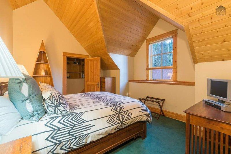 Dieses Schlafzimmer hat auch einen TV und Zugang zum Flur Bad.