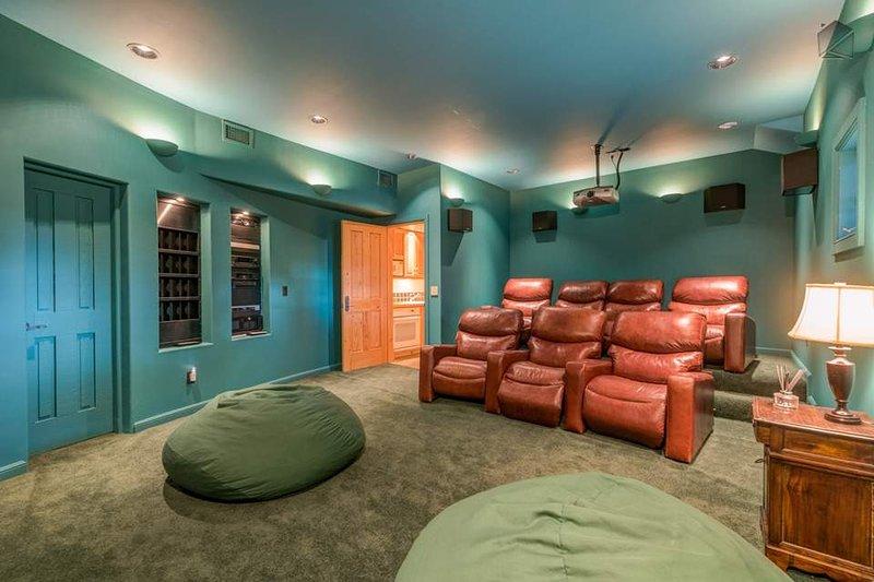 Lebt das Leben von Luxus mit Ihrem eigenen privaten Kinosaal im ersten Stockwerk.