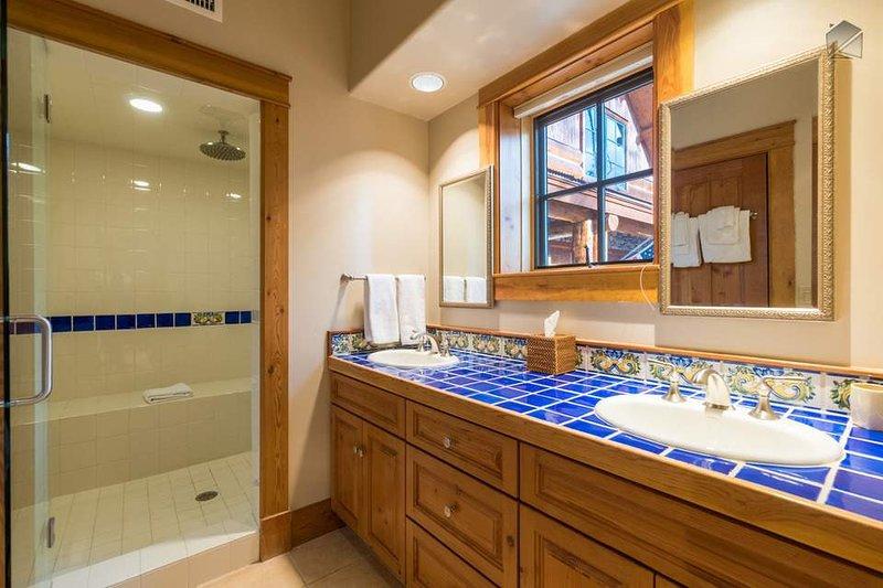 Das Bad für Gäste-Schlafzimmer 5 verfügt über zwei Waschbecken und eine Dusche.