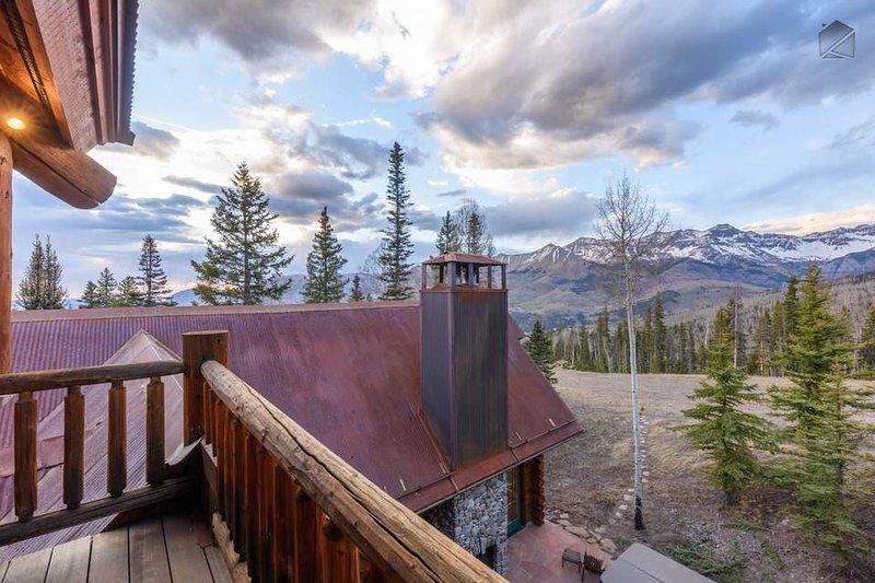 Genießen Sie den Blick auf die Berge von Ihrem Büroturm.