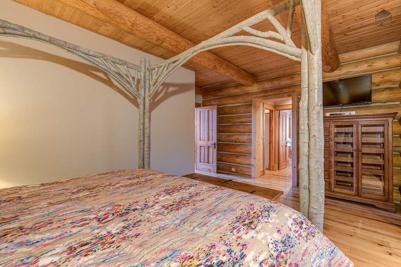 Dieses Schlafzimmer verfügt auch über einen TV und ein eigenes Bad.
