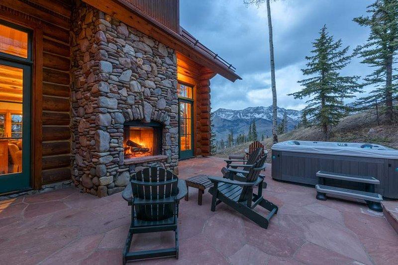 Ein Whirlpool mit Bergblick und einem Außenkamin unter den Sternen zu machen für den perfekten Abend Telluride.