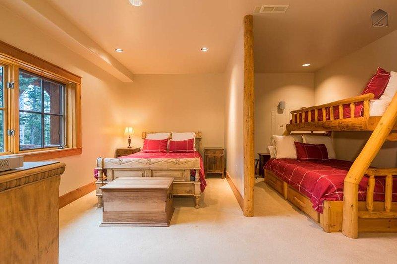 Unten auf der ersten Ebene des Hauses ist Gästezimmer 5, mit einem Doppelbett und ein Etagenbett.