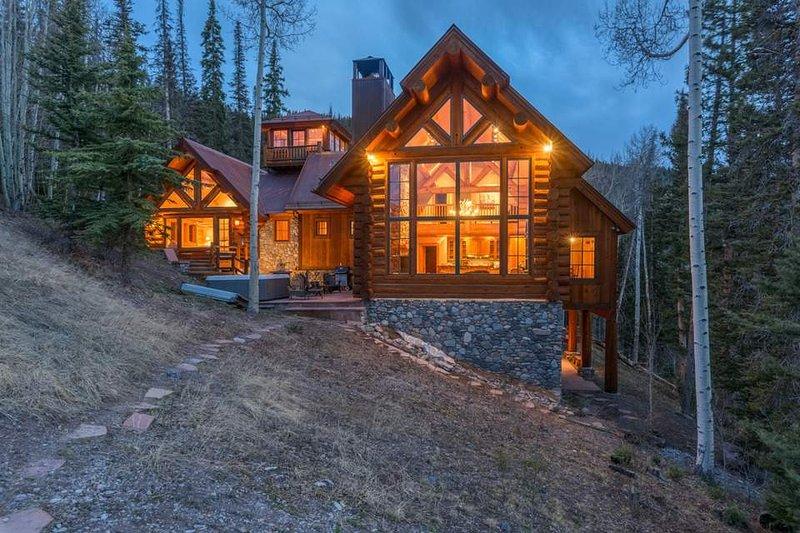 Set in einen Hügel, dieses geräumige Haus ist für Ihren Urlaub perfekt.