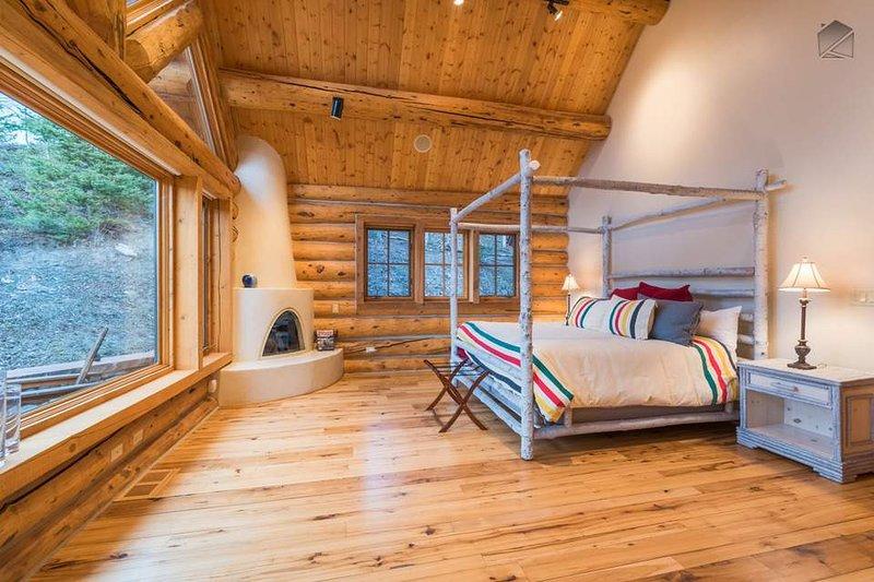 Das Hotel liegt auf der Ebene drei bietet der Master-Schlafzimmer ein Kingsize-Bett, Kamin und großen Fenstern.
