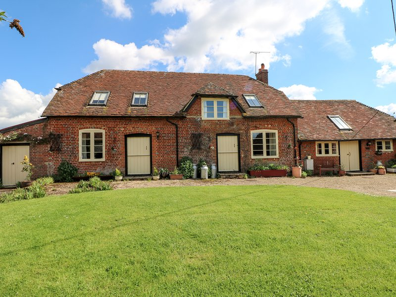 DOWNS VIEW DAIRY, exposed beams, countryside views, dog-friendly, Ref 983306, holiday rental in Wellow
