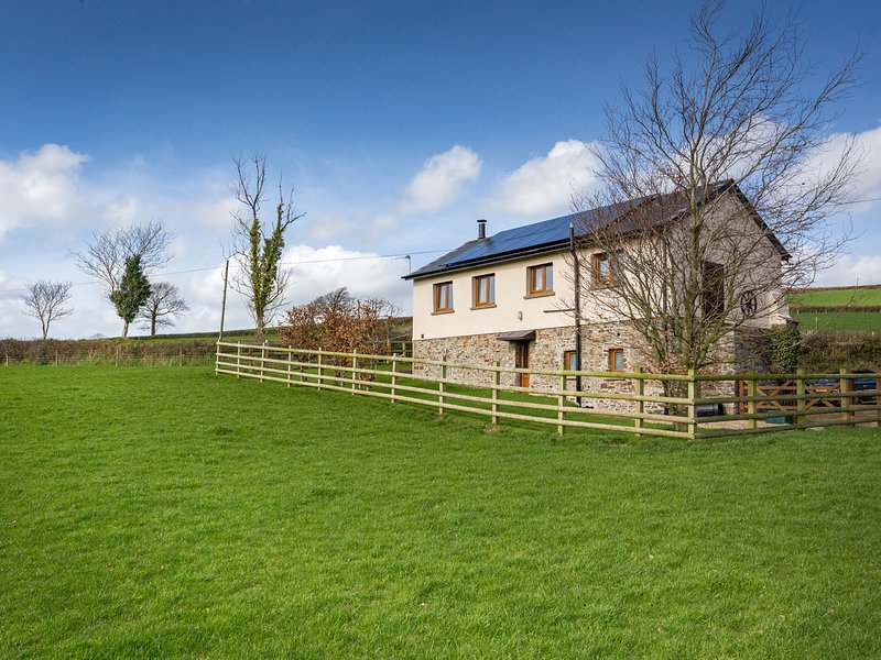 DREWSTONE ARCHES, barn conversion, woodburner, enclosed garden, parking, near, vacation rental in South Molton