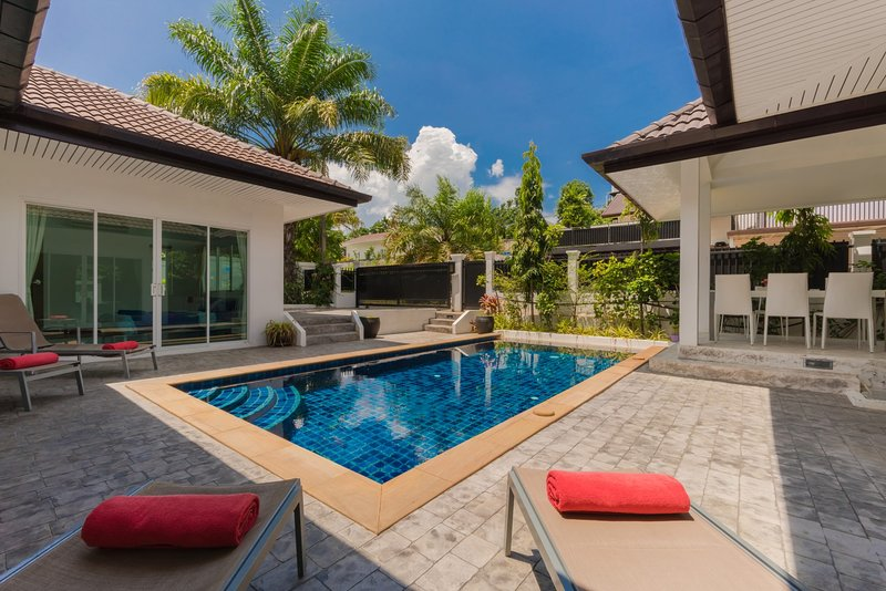 Private 4 bedrooms Pool Villa Green area Phuket, holiday rental in Phuket Town
