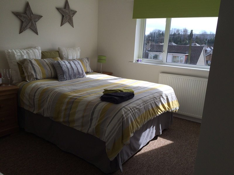 Large Town House 10 minutes drive to Beach, holiday rental in Bournemouth