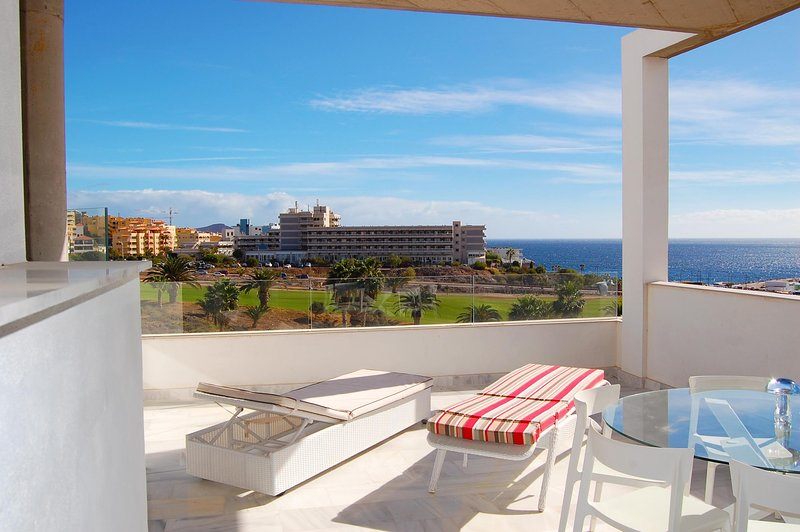 Unit 4 Amarilla Golf Villas - luxury 4 bed penthouse with stunning views, location de vacances à Golf del Sur