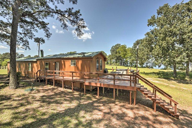 This 2-bed, 2-bath vacation rental cabin comfortably sleeps 6.