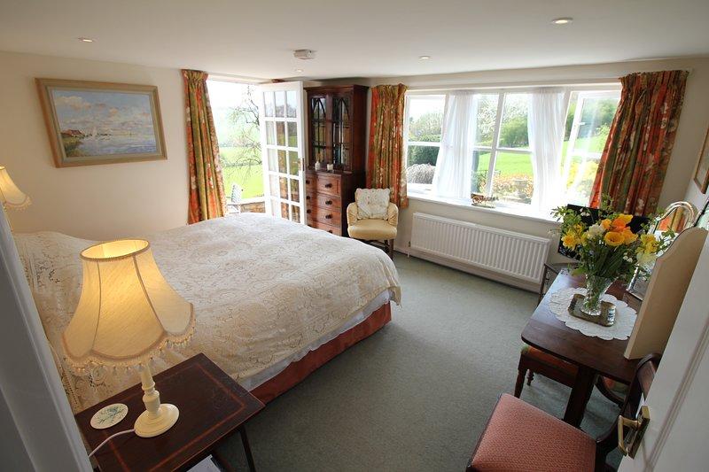 dormitorio principal con puerta que se abre a la terraza
