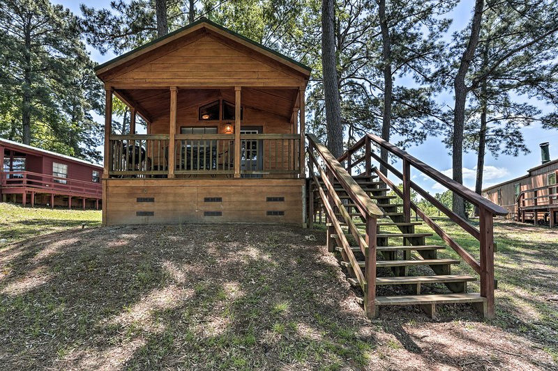 Cozy Milam 'Red Fox Cabin' w/Porch on Toledo Bend!, alquiler vacacional en Zwolle