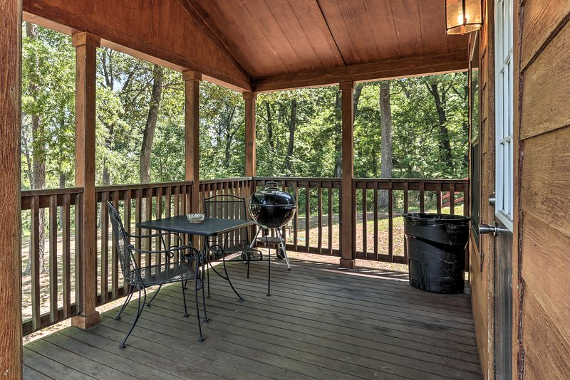 This 1-bed, 1-bath vacation rental cabin allows for easy access to the Toledo Bend.