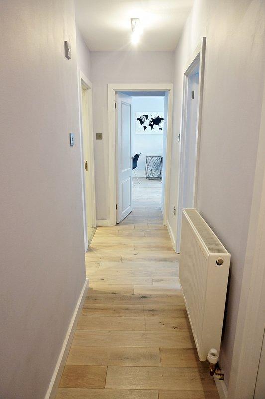 amplio pasillo brillante conecta todas las habitaciones