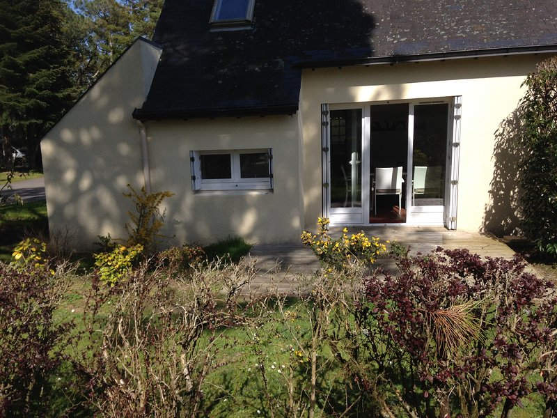 Beautiful house with terrace, vacation rental in Ploemel