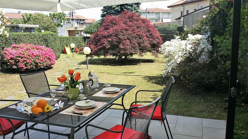 GARDEN AND DINING AREA OUTDOOR