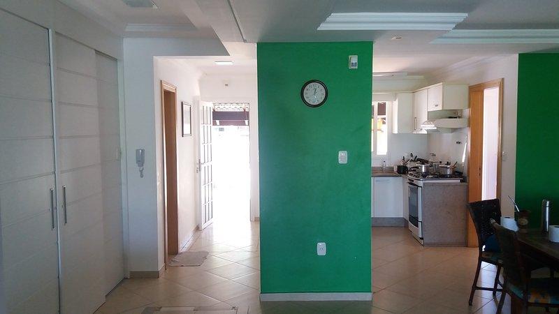 vue de la porte d'entrée et la cuisine